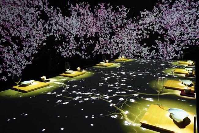 デジタルアートと食の融合空間『MoonFlower Sagaya Ginza, Art by teamLab』